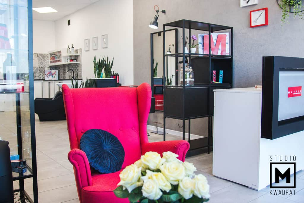 projekt salonu fryzjerskiego czerwony fotel w poczekalni