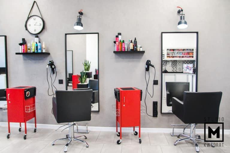 salon fryzjerski, stanowiska pracy fryzjera, czerwone stojaki