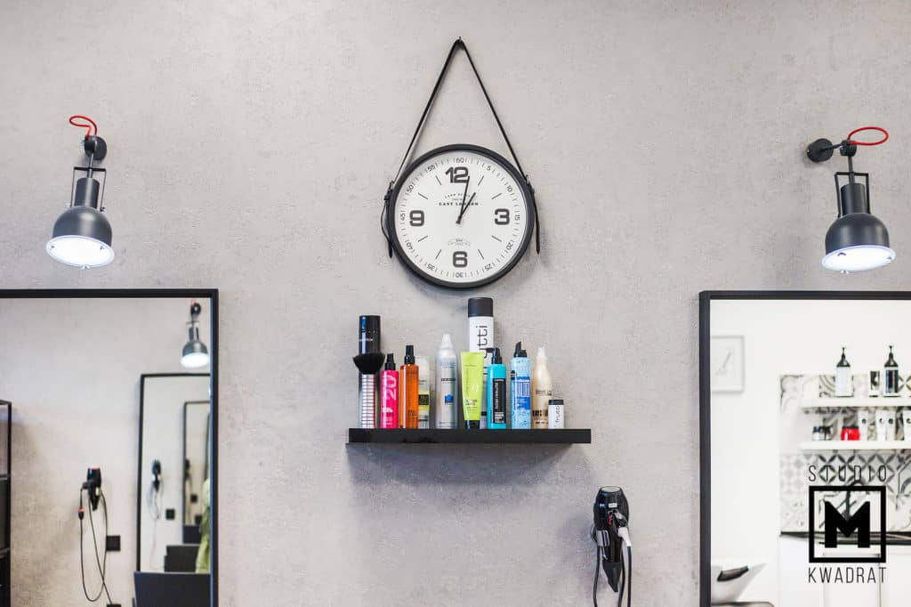 zegar na skórzanym pasie w salonie fryzjerskim, beton architektoniczny