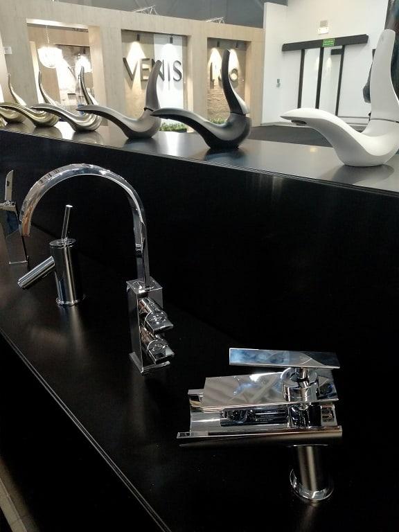 baterie łazienkowe srebrne błyszczące