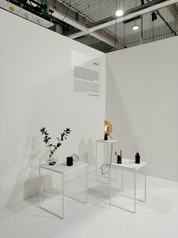białe stoliki w białym pokoju