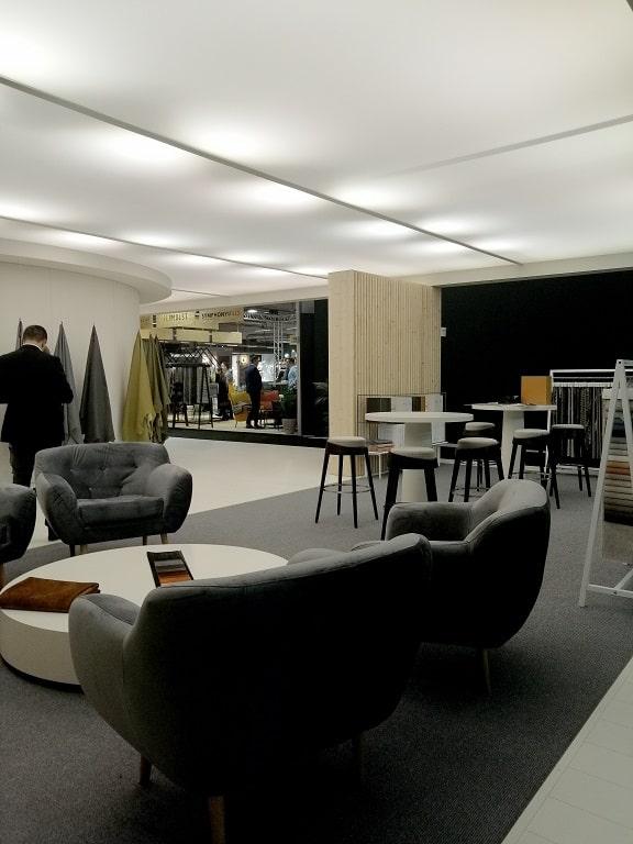 ciemna kanapa