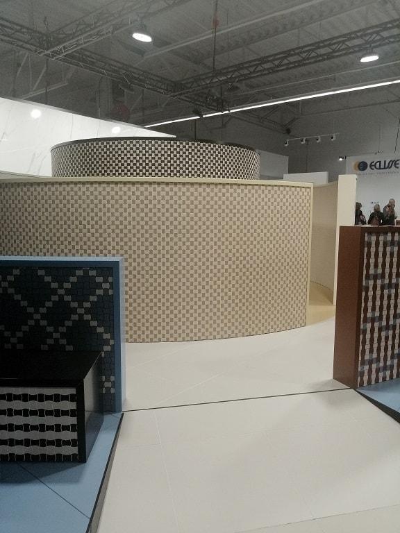drobne mozaiki łazienkowe gorseciki beżowe