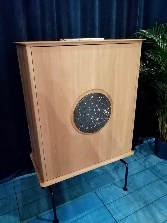 klasyczna szafka z okrągłym ornamentem z lastryko