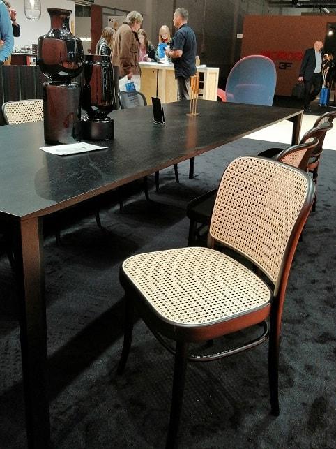 modne krzesło rattanowa plecionka rattan czarne