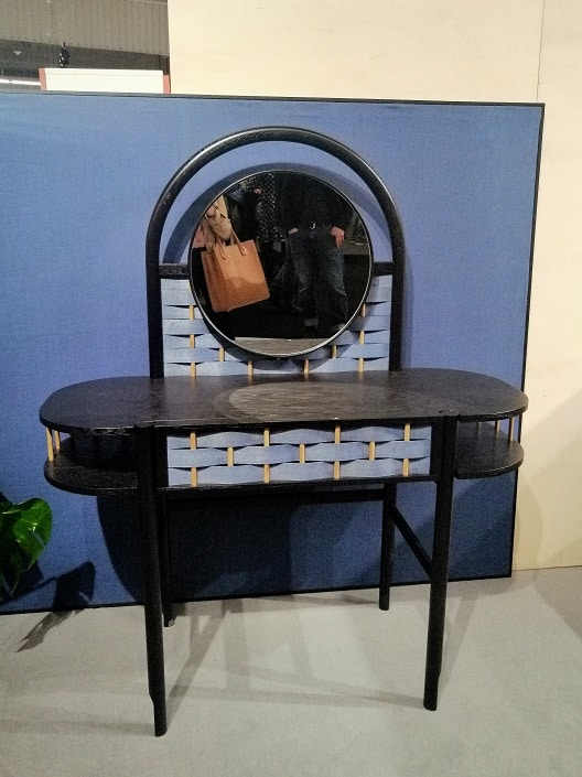 oryginalna toaletka modna niebieska plecionka czarna elegancka