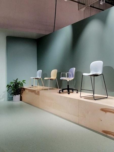 pastelowe krzesło na wystawie
