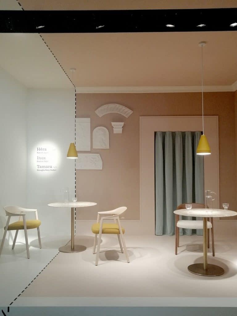 pastelowe różowe łososiowa kompozycja stół i krzesła pantone 2019