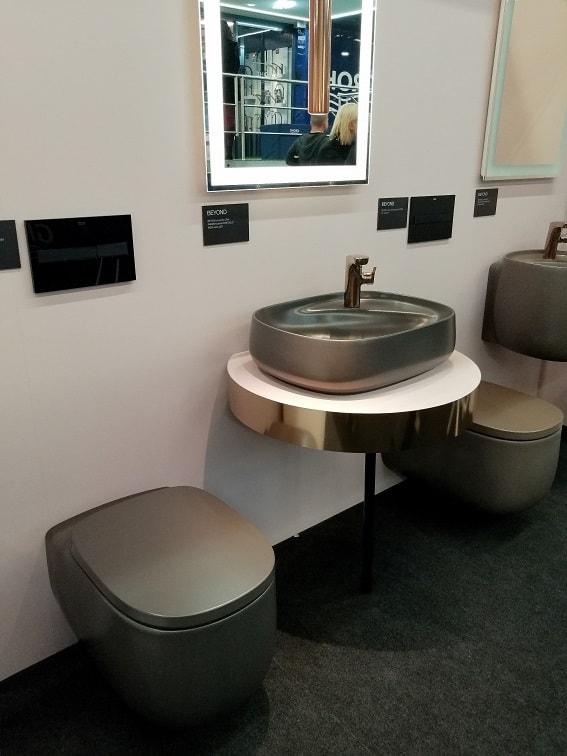 szara ceramika łazienkowa bidet oraz umywalka