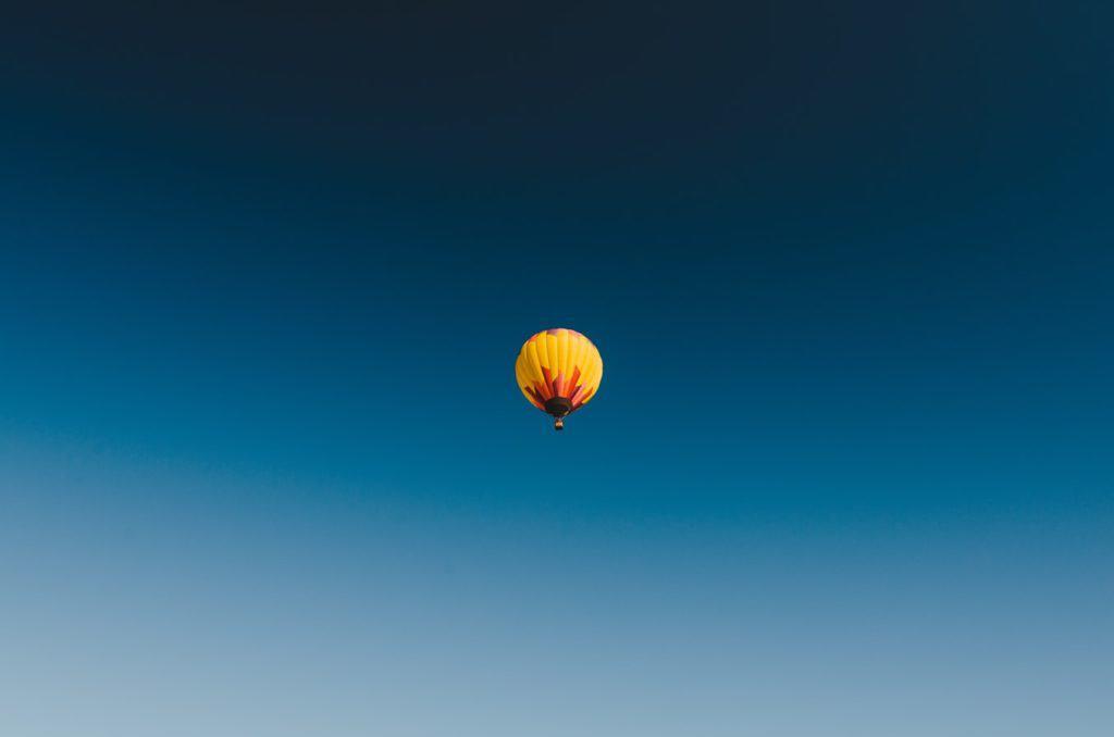 Niebieskie niebo Pantone 2020 kolor roku