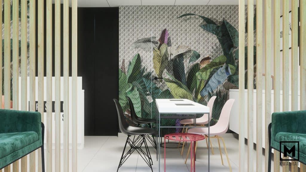 piękna tapeta z motywami roślinnymi, ścianka ażurowa drewniana z drewna niemalowanego, realizacja w Poznaniu, biurka do manicure z czarnymi krzesłami