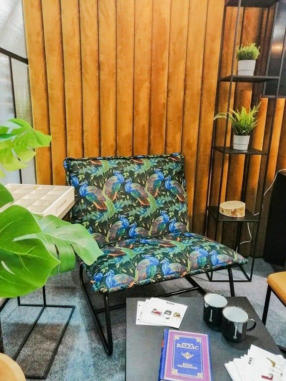 Fotel w kwiaty w architekturze wnętrz.