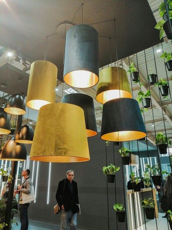 Industrialne nowoczesne oświetlenie awangardowe z weluru.
