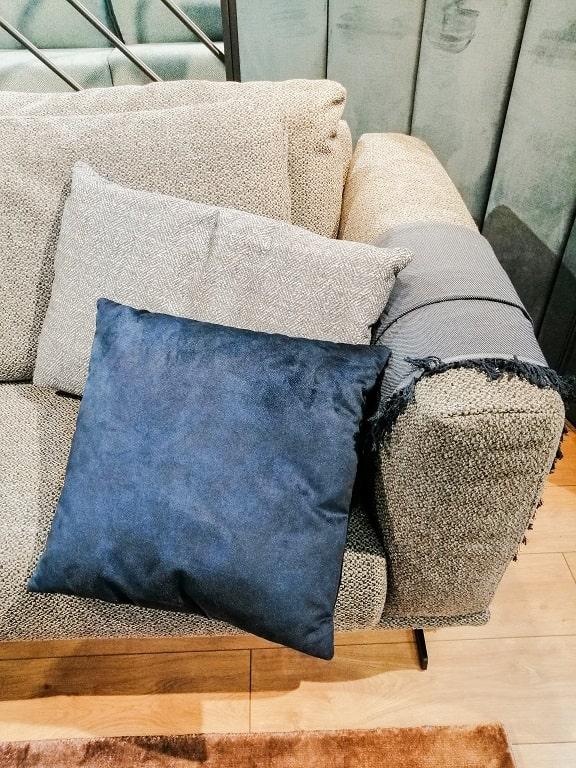 Welurowe poduszki , granatowe.