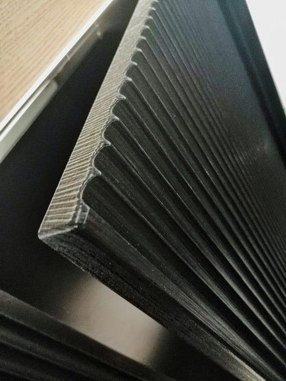 Czarna płytka ceramiczna ze żłobieniami.