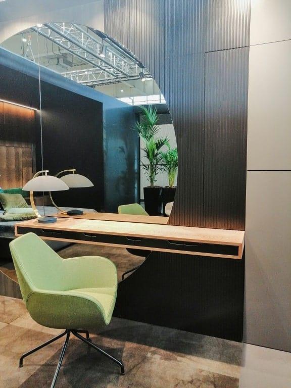 Nowoczesne biurko z dużym okrągłym lustrem projektowaniem wnętrz.