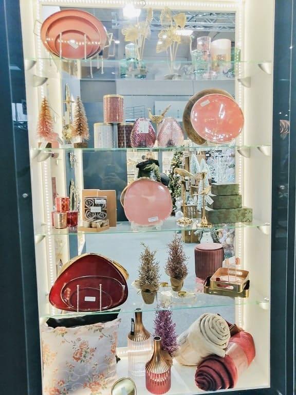 Różne dekoracje millenniali pink