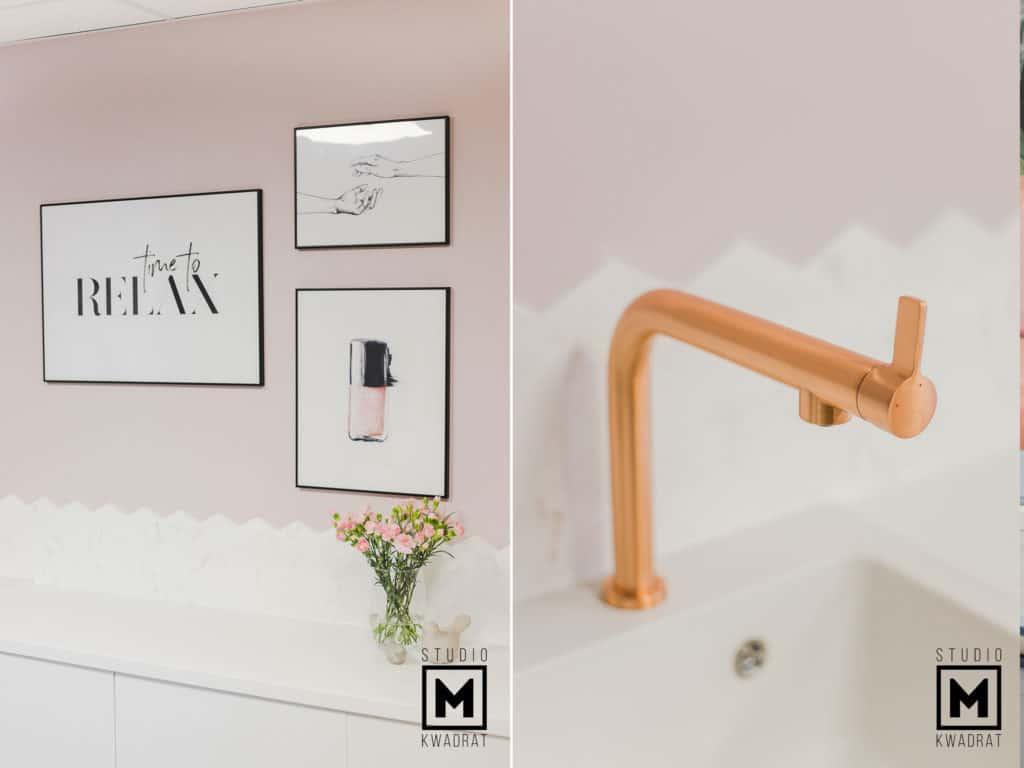 ściana w kolorze pudrowy róż oraz mosiężna bateria fartuch mazaika