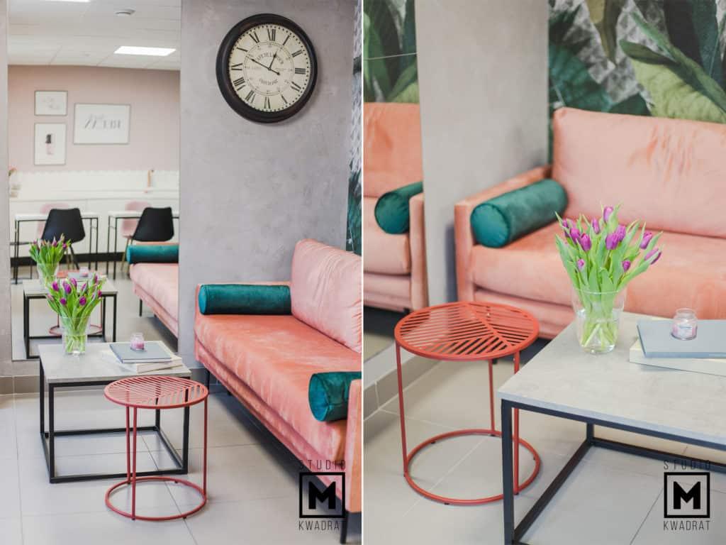 pomarańczowa sofa w poczekalni z kwadratowym stolikiem kawowym projekt wnętrza salonu kosmetycznego