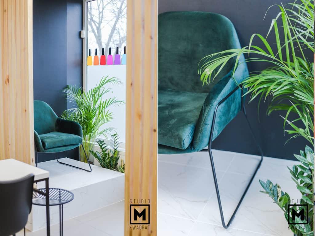 stanowiska pedicure oraz ścianka z lameli drewnianych w projekcie architektury wnętrz salonu kosmety