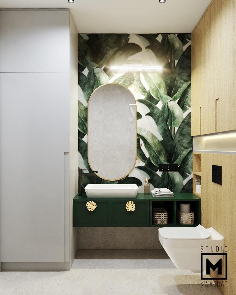 tapeta w łazience na ścianie z lustrem w złotej ramie